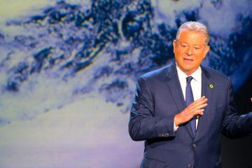 """Fotografía sin fechar cedida que muestra a Al Gore, ex vicepresidente de EEUU y adalid de la lucha contra el cambio climático, durante una presentación en Houston, Texas (EE.UU.). Al Gore, exvicepresidente estadounidense y adalid de la lucha contra el cambio climático, dijo en una entrevista con Efe que """"resulta extraño que EE.UU. sea el único país del mundo con un partido conservador afiliado a idioteces demostrables"""" en esa materia. EFE/Jensen Walker/Paramount Pictures/SOLO USO EDITORIAL/NO VENTAS"""