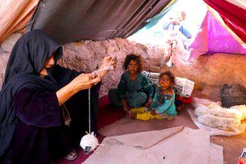 Familia inocente trata de descansar en un temporario refugio en  Herat provincia, Afghanistan.EFE/EPA/JALIL REZAYEE