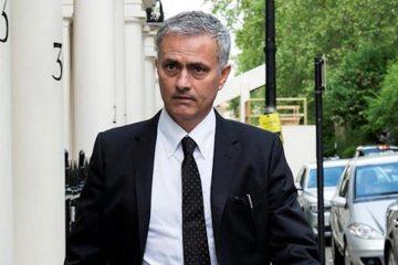 """El entrenador portugués José Mourinho criticó con dureza el mercado de los fichajes que este verano se está dando en Europa y dijo que su equipo del Manchester United no iba a entrar en la """"locura"""" de pagar traspasos millonarios por jugadores """"promedio"""". """"Lo que se está pagando son cifras de locos que no corresponden con la calidad de los jugadores"""", declaró Mourinho en rueda de prensa ofrecida en Houston, donde hoy su equipo se enfrenta al Manchester City, en partido correspondientes al torneo International Champions Cup, en lo que será el primer derbi inglés en el extranjero. Aunque el Manchester United ha pagado 100 millones de euros por los fichajes del belga Romelu Lukaku y el defensa sueco Victor Lindelof, ha rechazó el del delantero español Álvaro Morata, del Real Madrid, ahora ya nuevo jugador del Chelsea. Operación que Mourinho dijo no tenía nada que comentar porque era un asunto del Chelsea. """"Nosotros conseguimos a un gran jugador, que conozco (Lukaku), que puede crecer muchísimo y estamos contentos"""", destacó Mourinho. """"Pedí cuatro fichajes y al final el dueño de nuestro equipo aceptará tres"""". Mourinho quiere conseguir al delantero croata Ivan Perisic del Inter de Milán, que pide 55 millones de euros y a Eric Dier, del Tottenham, que quieren 62 millones. """"Todo el mundo sabe porque dije que me gustaría tener cuatro jugadores, pero estoy listo para quedarme con tres, dado que el mercado es difícil después que algunos equipos piensan que es diferente al de otros"""", valoró Mourinho, que criticó abiertamente lo que había costado al Manchester City el defensa Kyle Walker, 56 millones de euros. De acuerdo a Mourinho, el objetivo final con los fichajes es alcanzar un mejor equilibrio en la plantilla, que incrementen las condiciones para competir y eso piensa que el Manchester United, lo ha conseguido. Mourinho reiteró que no le sorprendía el poder económico de los equipos, ni los traspasos millonarios por grandes jugadores, pero ahora se estaban pagando también por"""