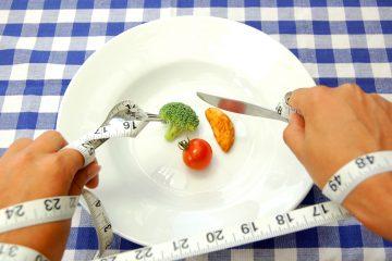 La obsesión por el control de peso y las exigencias sociales por mantenerse delgadas, en el caso de las mujeres, y atléticos, en el de los hombres, ha potenciado trastornos como la anorexia, la bulimia, el atracón, la ortorexia (obsesión por comida saludable) y vigorexia (obsesión por el ejercicio), indicó. (Dreamstime)