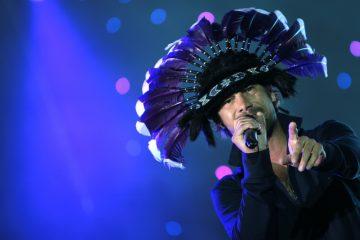 """Jay Kay ha aparecido con un casco de plumas metálicas con ledes, versión modernizada de su habitual gorro de plumas de gran jefe indio, y ha arrancado con """"Shake it on"""", de su nuevo disco """"Automaton"""". (Dreamstime)"""