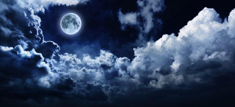 Durante años, los científicos habían asumido que el interior de la Luna estaba vacío de agua, pero esa idea empezó a cambiar en 2008 cuando un grupo de geólogos de la Universidad de Brown detectó señales de esa sustancia en algunos cristales volcánicos traídos a la Tierra por las misiones Apollo 15 y 17. (Dreamstime)