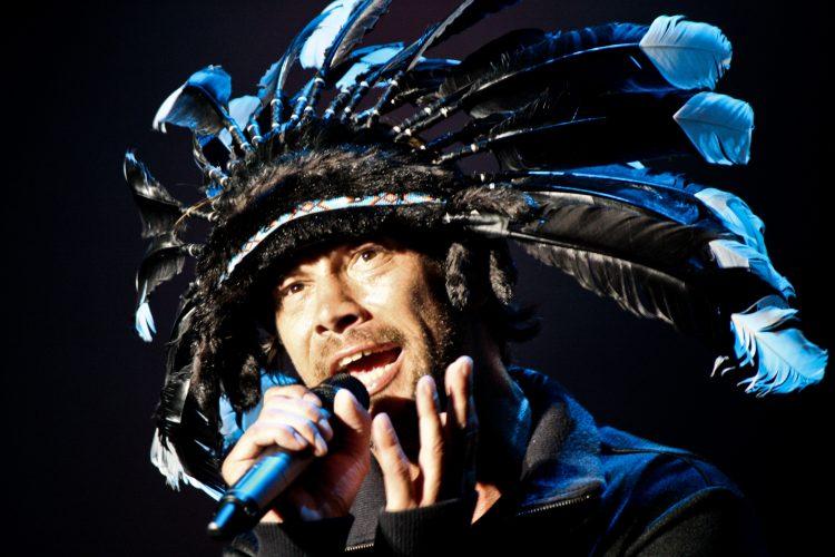 El vocalista de la banda, Jay Kay, apareció en el escenario con uno de sus usuales sombreros extravagantes, un accesorio con luces por el que se le podía identificar desde cualquier punto de la gran explanada. (Dreamstime)