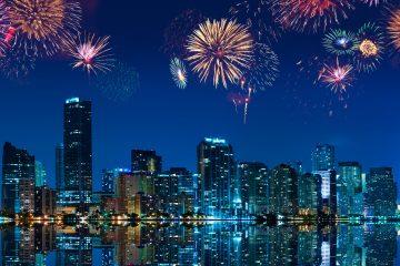 Los fuegos artificiales, que se lanzaron desde cinco embarcaciones situadas en el East River a las 9.30 pm hora local, despertaron los suspiros y las exclamaciones de los espectadores con sorpresas como caritas sonrientes, esferas bicolor y enormes palmeras doradas. (Dreamstime)