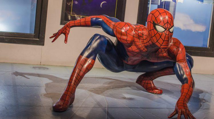 Un joven Peter Parker (Holland) trata de compaginar su vida de estudiante en el instituto con sus aventuras de superhéroe para las que cuenta con Iron Man (Downey Jr.) como mentor y consejero. (Dreamstime)