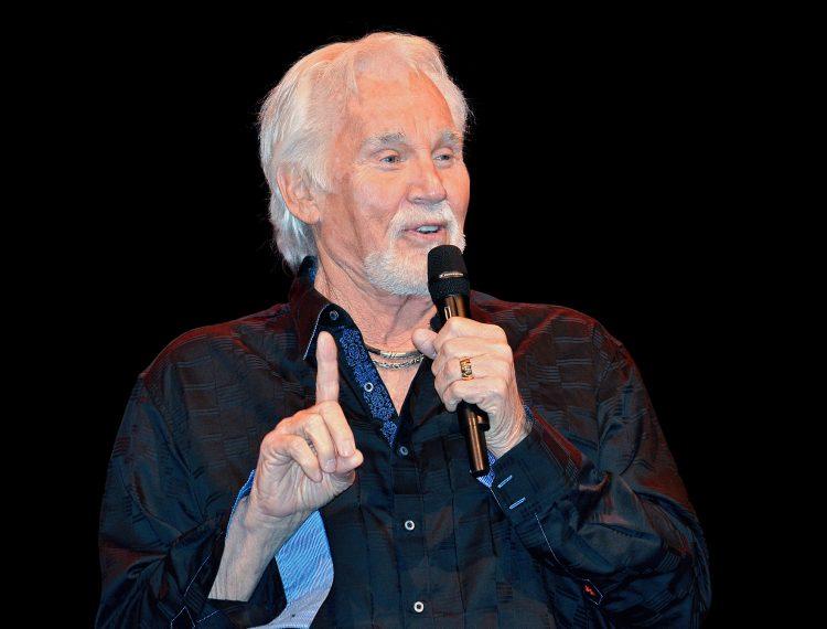 """En este concierto, que tendrá lugar en el Bridgestone Arena de Nashville y se retransmitirá por televisión, Rogers actuará junto a su compañera de duetos Dolly Parton por primera vez en más de una década, con quien interpretó el tema """"Islands in the Stream"""", escrito originalmente por el dúo Bee Gees. (Dreamstime)"""