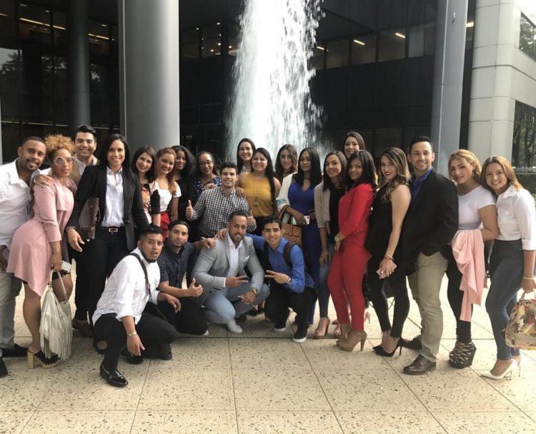 De esta manera, los graduados festejaron y el Taller Alfombra Roja celebro su tercera generación de graduados quienes inician una nueva etapa en su vida.