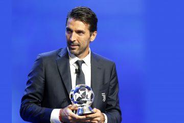 El portero italiano de La Juventus, Gianluigi Buffon, posa con el trofeo como mejor portero de Europa en la temporada 2016/2017, durante la Gala de la UEFA celebrada antes del sorteo de la Liga de Campeones, en el Forum Grimaldi de Montecarlo, Mónaco, el pasado 24 de agosto del 2017. EFE/Sebastien Nogier