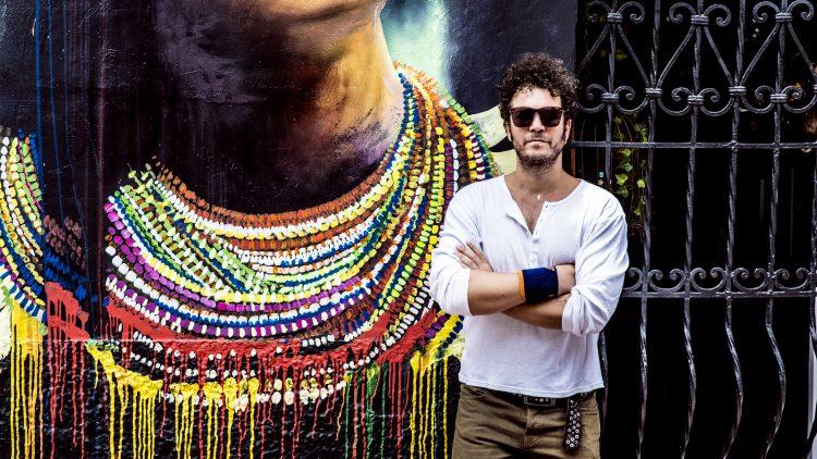 El cantante colombiano presenta su nueva canción, una explosiva colaboración junto a Descemer Bueno