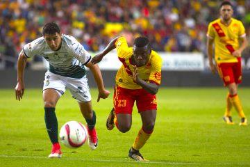 El jugador de Morelia Jefferson Cuero (d) disputa un balón frente a Jorge Sánchez (i) de Santos hoy, viernes 4 de agosto de 2017, durante el juego correspondiente a la jornada 3 del torneo mexicano de fútbol, celebrado en el estadio Morelos en la Ciudad de Morelia (México). EFE/Luis Enrique Granados