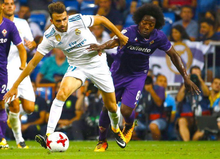 El delantero del Real Madrid Borja Mayoral (i) lucha el balón con el colombiano Carlos Alberto Sánchez, centrocampista de la Fiorentina, durante el partido del Trofeo Bernabéu que Real Madrid y Fiorentina jugaron esta noche en el estadio Santiago Bernabéu, en Madrid. EFE/J.P.GANDUL