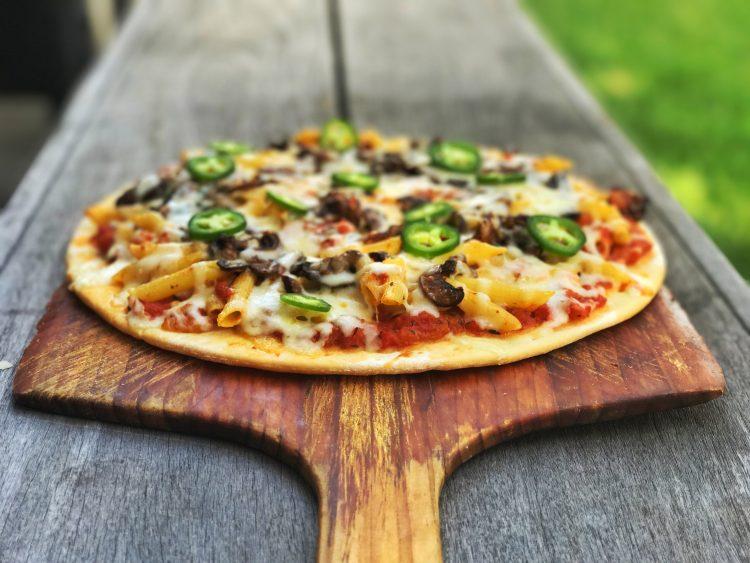 Agregar a la pizza cocida las rodajas de jalapeño y servir. (cortesía passionforpasta.com)