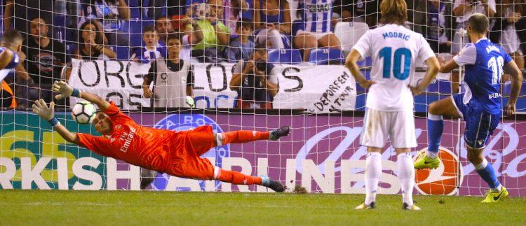 El portero costarricense del Real Madrid Keylor Navas (i) intenta detener el penalti fallado por el rumano Florin Andone, del Deportivo de La Coruña, durante el partido de la primera jornada de Liga en Primera Division que se jugo  en el estadio de Riazor, en A Coruña. EFE/Lavandeira jr