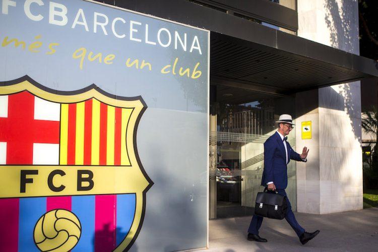 El abogado de Neymar, Juan de Dios Crespo, sale de las oficinas del FC Barcelona, donde los representantes legales del delantero brasileño han pagado los 222 millones de euros que cuesta rescindir el contrato del jugador. EFE/Quique García