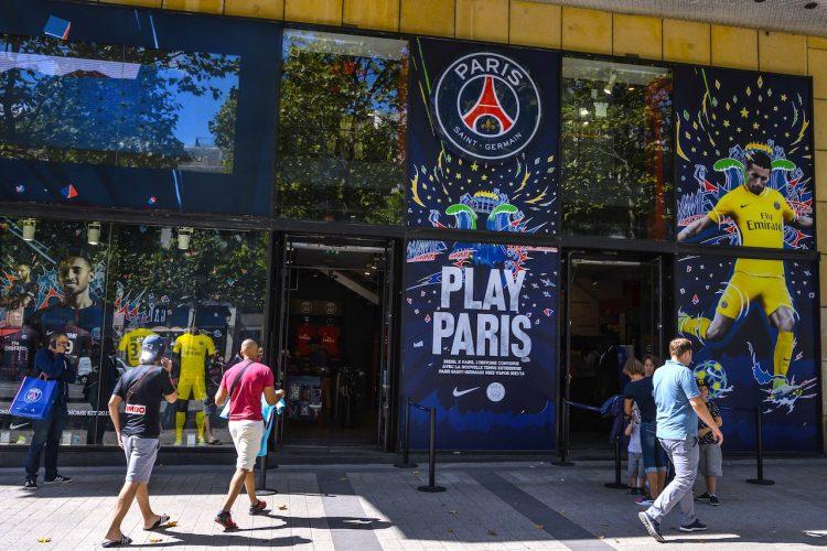 Varias personas visitan la tienda oficial del equipo de fútbol francés, Paris Saint-Germain (PSG) en los Campos Elíseos, en París, Francia, hoy, 3 de agosto de 2017. El posible fichaje del brasileño Neymar por el París Saint-Germain, el más caro de todos los tiempos, situaría a la quinta liga del viejo continente en el centro neurálgico del balompié y llevaría al fútbol galo a otra galaxia. EFE/Christophe Petit Tesson