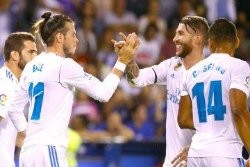 El delantero galés del Real Madrid Gareth Bale (i) celebra con Sergio Ramos su gol frente al Deportivo de La Coruña, durante el partido de la primera jornada de Liga en Primera Division que se juega esta noche en el estadio de Riazor, en A Coruña. EFE/Lavandeira jr