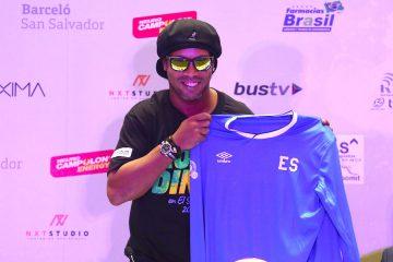 El exfutbolista Ronaldinho Gáucho muestra una camisa de la selección salvadoreña de fútbol que le fue obsequiada durante una rueda de prensa el, domingo 6 de agosto de 2017, en San Salvador (El Salvador).  EFE/Rodrigo Sura