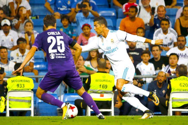 El delantero portugués del Real Madrid Cristiano Ronaldo (d) lucha el balón con Federico Chiesa, delantero de la Fiorentina, durante el partido del Trofeo Bernabéu que Real Madrid y Fiorentina jugaron en el estadio Santiago Bernabéu, en Madrid. EFE/J.P.GANDUL