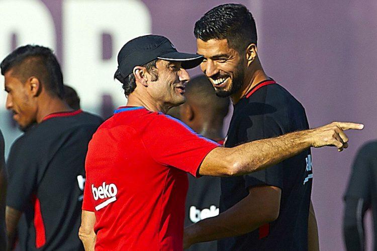 El técnico del Barcelona, Ernesto Valverde (i), habla con el uruguayo Luis Suárez (d) durante el entrenamiento. EFE/Alejandro García