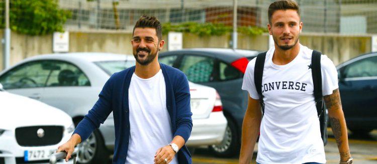 El delantero español David Villa (i), actualmente en el New York City, y Saúl a su llegada a la Ciudad del Fútbol de Las Rozas de Madrid donde acuden a la concentración de la selección española de fútbol. EFE/Mariscal