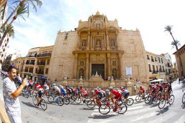 El pelotón pasa por la parroquia de Nuestra Señora de la Asunción de Lliria (Valencia), al comienzo de la séptima etapa de la Vuelta Ciclista a España, con salida en la mencionada localidad valenciana y meta en Cuenca, sobre un recorrido de 207 kilómetros. EFE/Javier Lizon