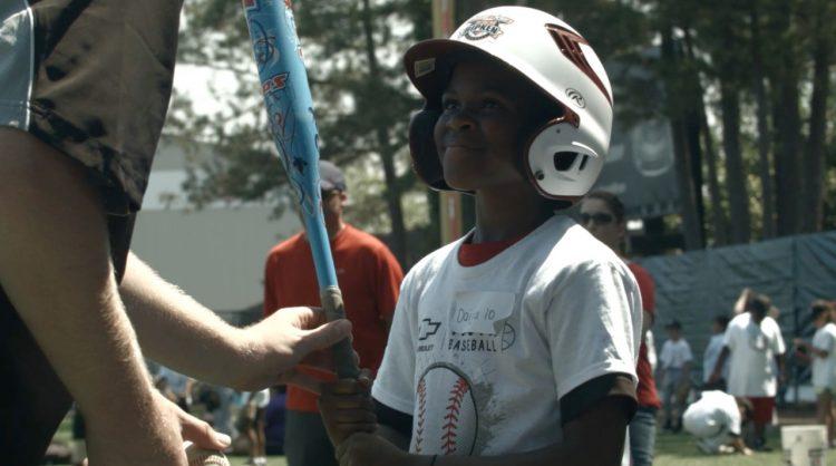 En los últimos diez años, Chevrolet ha apoyado el béisbol a nivel juvenil, donando más de 90.000 kits de equipo, Impactando a más de 5,2 millones de niños en los Estados Unidos. (cortesía Chevrolet)