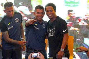 El fútbol brasileño Ronaldinho Gaúcho (d) posa durante una rueda de prensa junto al jugador del Club Motagua de Honduras Carlos Discua (i) y el asistente técnico de la selección de Honduras Amado Guevara (c) el pasado, viernes 28 de julio de 2017, en Tegucigalpa (Honduras). Ronaldinho, exjugador del Barcelona, de España, jugará el domingo un partido amistoso con los equipos locales de Motagua y Real España, informaron los organizadores. EFE/Gustavo Amador