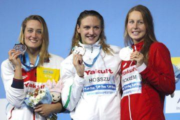 La nadadora española Mireia Belmonte (i), la húngara Katinka Hosszu (c) y la canadiense Sydney Pickrenm posan con las medallas de plata, oro y bronce, respectivamente, conseguidas en la final de los 400m estilos femeninos del Mundial de Natación que se disputa en Budapest (Hungría). EFE/Alberto Estévez