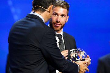 El defensa del Real Madrid, Sergio Ramos (dcha), recibe el trofeo como mejor defensa de Europa en la temporada 2016/2017, durante la Gala de la UEFA celebrada antes del sorteo de la Liga de Campeones, en el Forum Grimaldi de Montecarlo, Mónaco, el pasado 24 de agosto del 2017. EFE/Sebastien Nogier