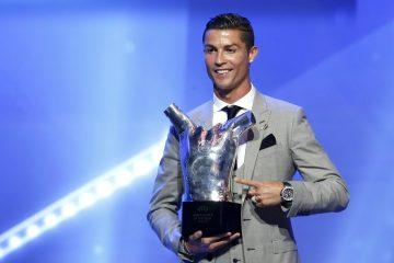 El delantero portugués del Real Madrid, Cristiano Ronaldo, posa con el trofeo como mejor jugador de Europa en la temporada 2016/2017, durante la Gala de la UEFA celebrada antes del sorteo de la Liga de Campeones, en el Forum Grimaldi de Montecarlo, Mónaco, el pasado 24 de agosto del 2017. EFE/Sebastien Nogier