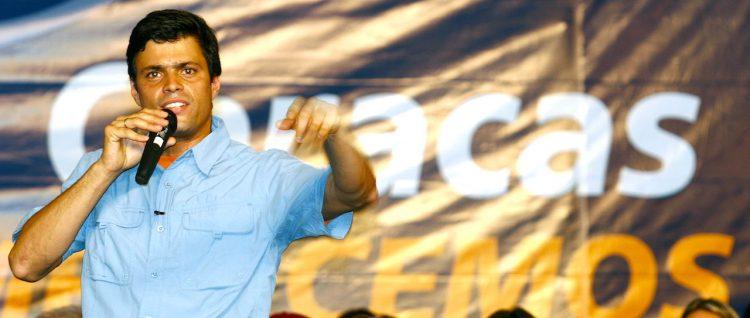 """Fotografía de archivo del 23 de abril de 2008 del líder opositor Leopoldo López durante un evento en Caracas (Venezuela). Los opositores venezolanos Leopoldo López y Antonio Ledezma fueron puestos de nuevo en celdas de la cárcel militar de Ramo Verde, a las afueras de Caracas, de donde habían sido sacados para cumplir sus penas de prisión bajo arresto domiciliario, informaron hoy, martes 1 de agosto de 2017, fuentes cercanas a ambos. El abogado defensor de López, Juan Carlos Gutiérrez, dijo a la emisora privada """"Circuito Éxitos"""" que en la madrugada de este martes habían podido comprobar que este fue recluido en dicho penal, y espera poder verlo en el transcurso de la jornada por ser """"día de visita legal"""". EFE/ Carlos Hernández/ARCHIvo"""