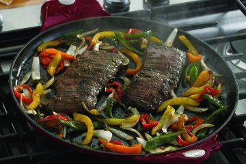 Agrega los primeros seis ingredientes de la marinada en una cacerola y combina bien. Añade la carne y cubre con la marinada. Tapa y refrigera por al menos 1 hora o por toda la noche. (Cortesía Princess House)