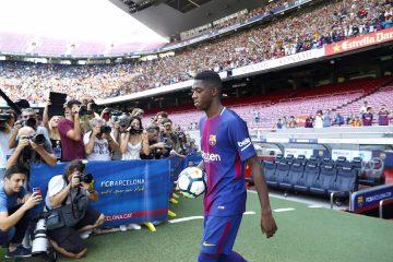 El nuevo fichaje del FC Barcelona, el francés Ousmane Dembélé, salta al Camp Nou, en su presentación como nuevo jugador del equipo azulgrana. EFE/ Andreu Dalmau.
