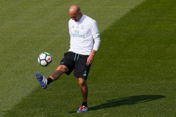 El técnico francés del Real Madrid, Zinedine Zidane, durante el entrenamiento realizado hoy en la Ciudad Deportiva de Valdebebas para preparar el partido de la tercera jornada de Liga de Primera División, que el conjunto blanco disputa mañana contra el Levante en el estadio Santiago Bernabéu. EFE/Mariscal