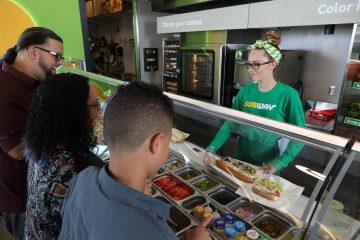 Visita feedingamerica.org para aprender más sobre Feeding America®. También participa en el diálogo con Subway® en Twitter,Instagram y Facebook.