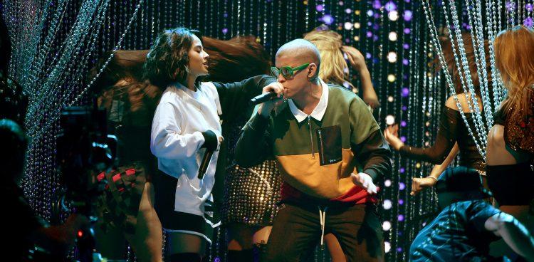 Becky G y Bad Benny practican para su presentación en los Latin AMA's.  (cortesía Maria Escandon (NBCUniversal ))