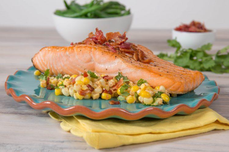 Coloca la mezcla de maíz; coloca una pieza de salmón en el centro. Espolvorea tocino desmoronado encima.
