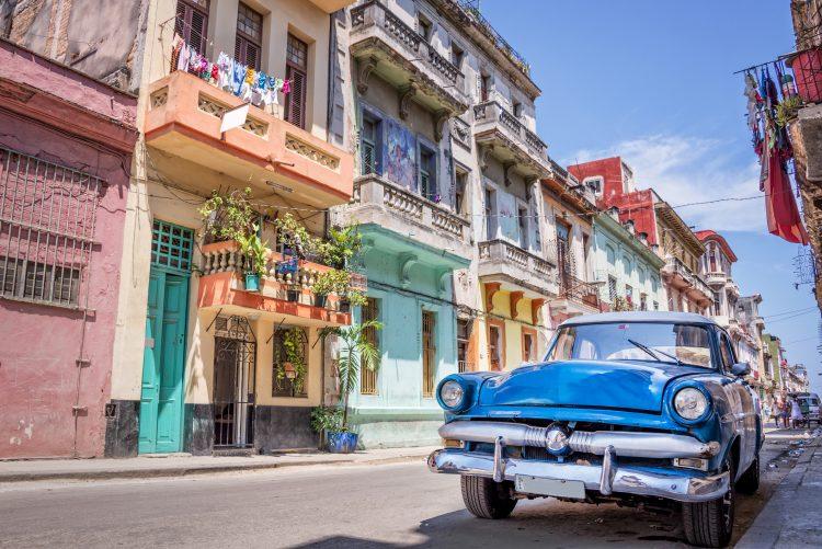 """Eva Guida, de Montreal, ha visitado Cuba treinta veces en doce años y la mitad de esos viajes han sido a Santa Lucía, destino en el que repiten el 40 % de los canadienses: """"Me encanta Cuba, lo que más me gusta es la gente, son muy amables, son como familia"""". (Dreamstime)"""