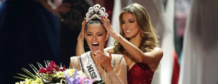 La joven natural de Sedgefield recibió la corona de la francesa Iris Mittenaere, que ganó el título de Miss Universo de 2016. (Dreamstime)