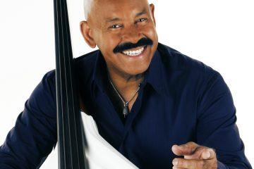 Oscar es conocido no solo por ser un excelente bajista, sino también por ser un improvisador inteligente y un cantante dinámico.
