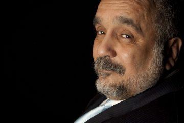 """Willie Colón creció en el Bronx, un hecho que ha marcado gran parte de su trayectoria personal y artística. Su rebeldía y transgresión de las normas establecidas le merecieron el apodo de """"El Malo""""."""