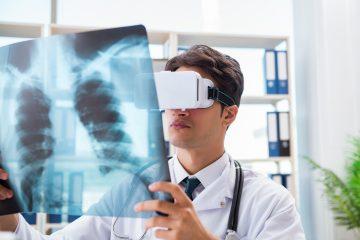 El casco permite el uso de hologramas que representan diferentes partes del cuerpo de la paciente y también determinar el grosor exacto de los tejidos o el lugar concreto de los órganos cercanos, que en una operación normal permanecen invisibles y, por tanto, pueden ser afectados. (Dreamstime)