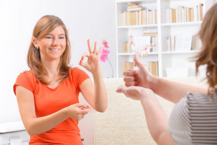 """""""La persona sordomuda podrá hacer las señas correspondientes al lenguaje de señas y el guante identificará los movimientos, generará la letra o palabra asociada a la seña y así las personas que no conozcan el lenguaje de señas entenderán el mensaje"""", dijo el estudiante Bryan Howard Tarre Álvarez. (Dreamstime)"""