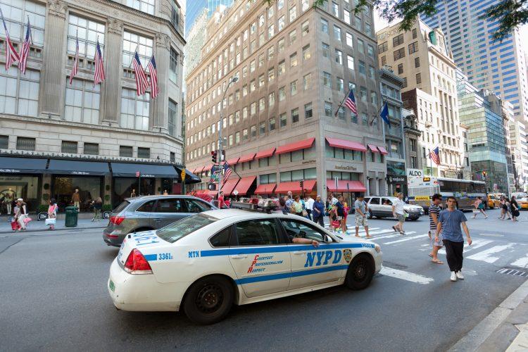 """""""Cuando iban a en el tráfico, a mitad de camino, ella rompió bolsa. Entonces tuvieron que detener el vehículo y ellos (los funcionarios) la asistieron y dio a luz dentro del móvil"""", detalló un vocero de la Policía de Montevideo. (Dreamstime)"""