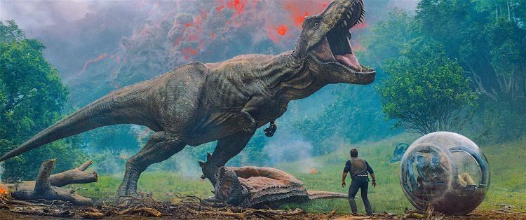 La filmación tuvo lugar en el Reino Unido y en las paradisiacas playas de Hawái. Producida y distribuida por Universal Pictures, Jurassic World: Fallen Kingdom se estrenó en Estados Unidos el 22 de junio de 2018.