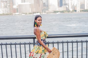 """Hace ocho años Luna, creo MDollNYC.com como una plataforma para inspirar a jóvenes inmigrantes y mostrar su talento a través de su blog de moda. En el 2015 dio su primer paso como diseñadora y lanzó una línea de tote bagsllamada """"Bilingual Collection"""" en colaboración con la diseñadora venezolana Astrid Carolina. (Cortesía Favian Medina)"""