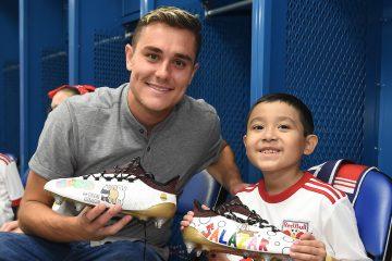 Tras el partido, los Red Bull se reunieron con los niños, quienes diseñaron los tacos mientras pasaban un día en la práctica de Red Bull este verano.