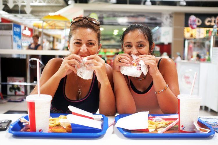 Con vistas a 2043, si la tendencia persiste, la organización prevé que el sobrepeso y la obesidad se sitúen como las principales causas de cáncer evitable entre la población femenina. (Dreamstime)