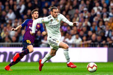 El delantero galés del Real Madrid Gareth Bale (d) se escapa de Sergi Roberto, del FC Barcelona, durante el partido de la 26ª jornada de Liga en Primera División que Real Madrid y FC Barcelona. EFE