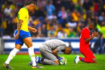 El jugador panameño Luiz Mejia (C) y Michael Murillo (R) reaccionan a ante la jugada del delantero brasileño en el estadio Dragao  en Porto, Portugal. EFE/